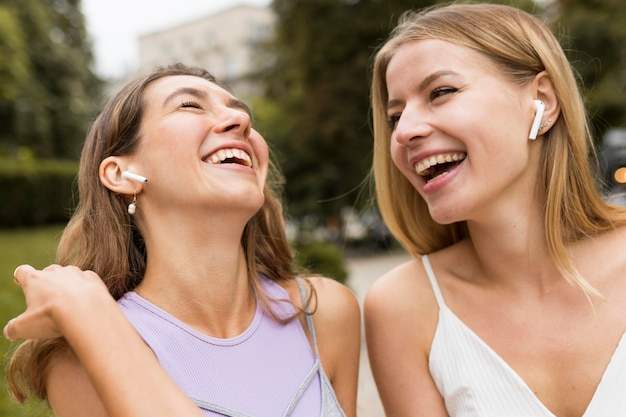 Nahaufnahmefreunde, die im park lachen