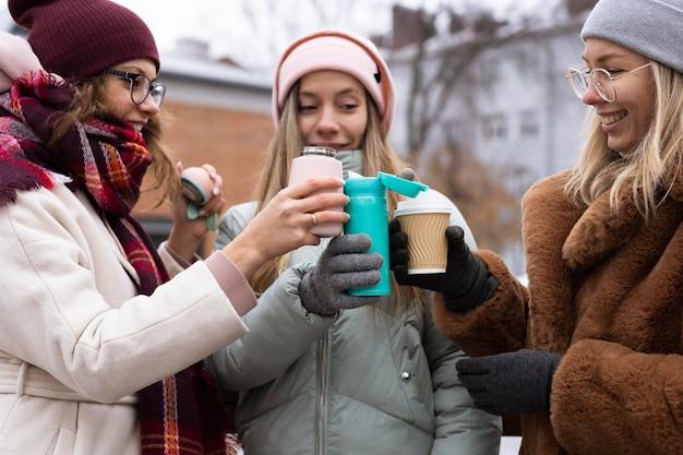 Nahaufnahmefreunde, die kaffeetassen halten