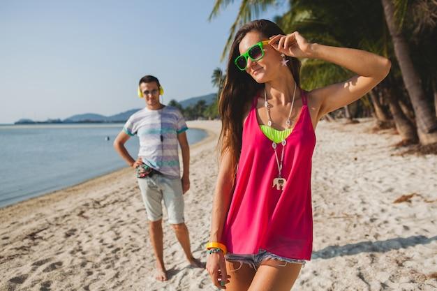 Nahaufnahmefüße der jungen attraktiven schlanken frau, die schnürsenkel von turnschuhen schnürt, die sportübungen im morgendlichen sonnenaufgang beim joggen im park in sportbekleidung, gesundem lebensstil, wasserflasche tun