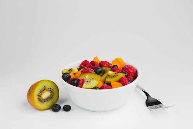 Nahaufnahmegabel mit schüssel frucht