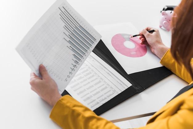Nahaufnahmegeschäftsfrau-analyseprozeß