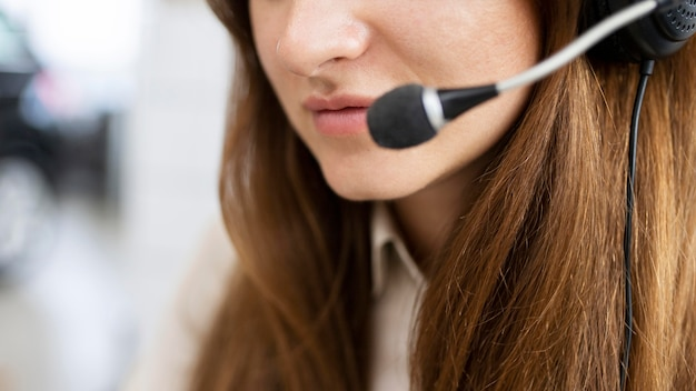 Nahaufnahmegeschäftsfrau, die headset trägt