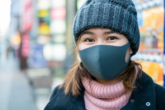 Nahaufnahmegesicht der asiatischen frauentouristenreise in japan, die gesichtsmaske trägt. coronavirus grippevirus reisekonzept