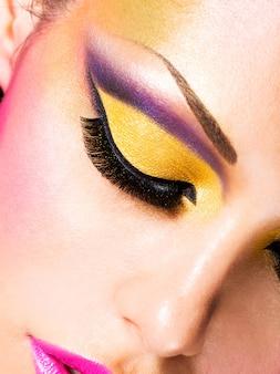 Nahaufnahmegesicht der schönen frau mit mode hellem make-up