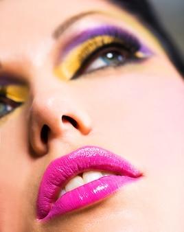 Nahaufnahmegesicht mit schönen rosa lippen
