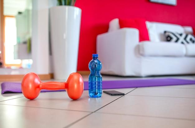 Nahaufnahmegewicht, wasser im wohnzimmer des hauses. konzept, fit zu bleiben.