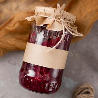 Nahaufnahmeglas gefüllt mit köstlicher hausgemachter marmelade