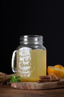 Nahaufnahmeglas mit selbst gemachter limonade