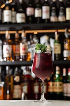 Nahaufnahmeglas rotwein frische sangria am hellen barthekenhintergrund.
