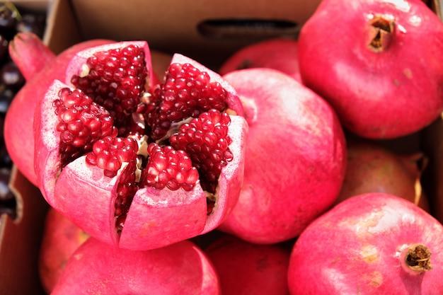 Nahaufnahmegranatapfel am marktstall in südspanien