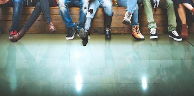 Nahaufnahmegruppe leute, die zusammen mit grünem boden sitzen