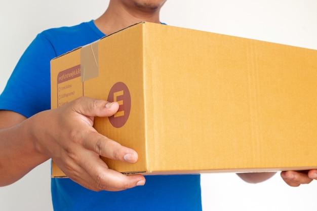Nahaufnahmehände des lieferers paket halten, um zu liefern