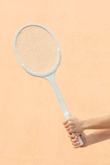 Nahaufnahmehände mit tennisschläger