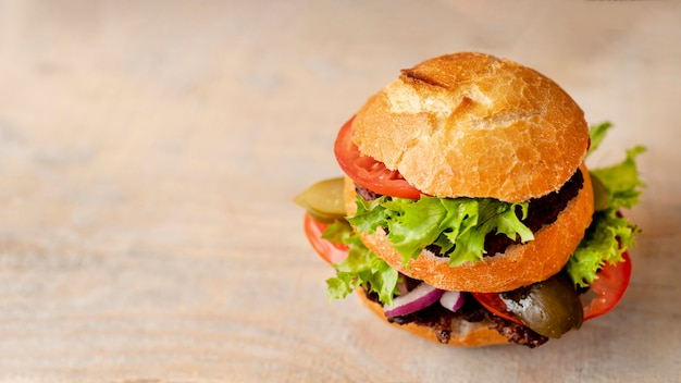 Nahaufnahmehamburger mit kopienraum