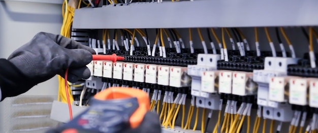 Nahaufnahmehand der elektrotechnik mit messung zur überprüfung der elektrizität.