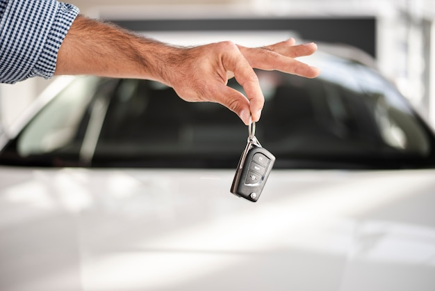 Nahaufnahmehand, die autoschlüssel hält