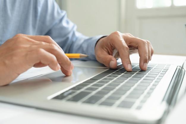Nahaufnahmehand, die computersoftware programmiert. verwenden von online-connect-technologie für unternehmen oder bildung und kommunikation.