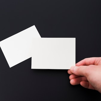 Nahaufnahmehand, die leere visitenkarte hält