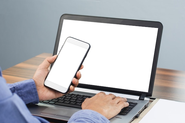 Nahaufnahmehand, die mobiles smartphone bei büroarbeit verklagt, telefonbildschirm-mock-up-kopierspezifikation