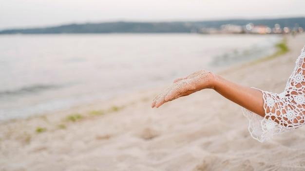 Nahaufnahmehand, die sand hält