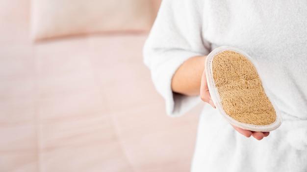 Nahaufnahmehand, die selbstpflegeartikel hält