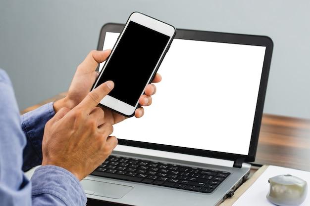 Nahaufnahmehand, die smartphone-modellbildschirmhintergrundtechnologie, handy, handy, telefon hält