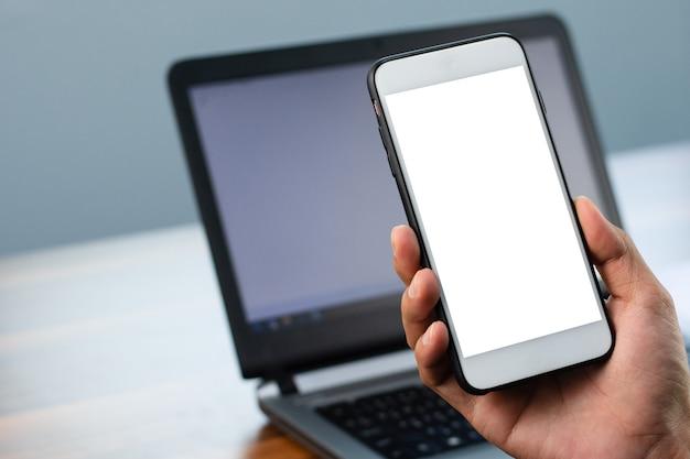 Nahaufnahmehand, die telefon smartphone handy design bildschirmmodell hält