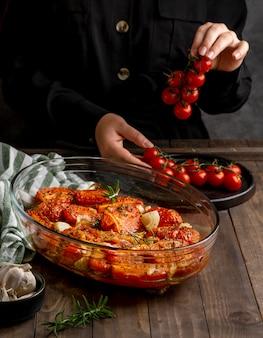 Nahaufnahmehand, die tomaten hält
