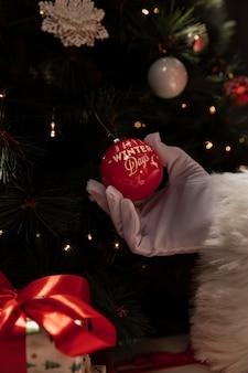 Nahaufnahmehand, die weihnachtsball hält