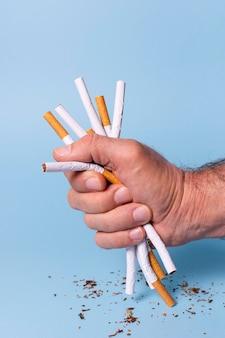 Nahaufnahmehand, die zigaretten hält