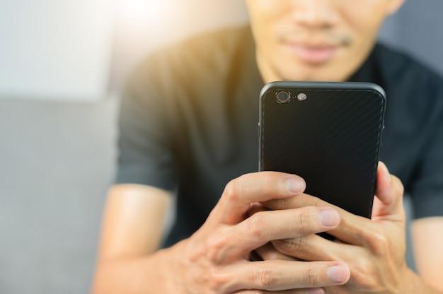Nahaufnahmehand mit mobilem smartphone