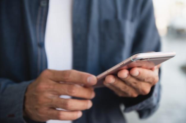 Nahaufnahmehand mit smartphone, handy-internet-technologie