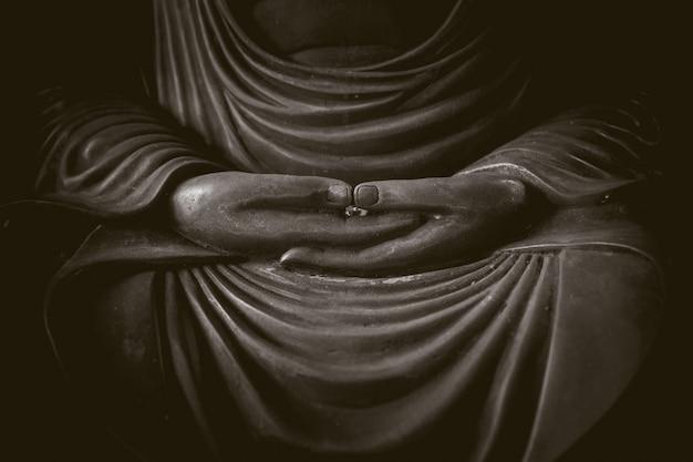 Nahaufnahmehand von buddha, ruhige asiatische buddha-zen tao-religionskunst-artstatue