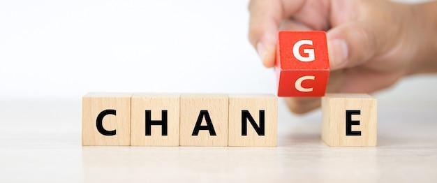 Nahaufnahmehand wählen g- und c-symbol auf würfelholzblockstapel.
