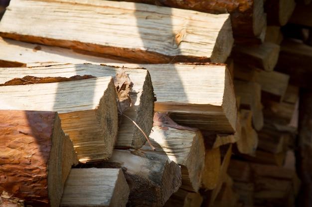 Nahaufnahmehaufen des brennholzes für ein feuer oder einen kamin