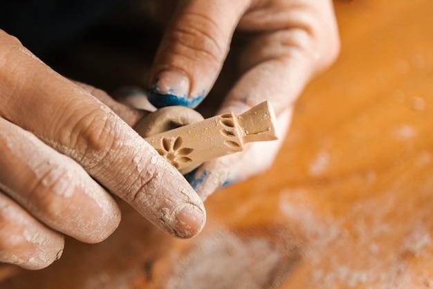 Nahaufnahmeherstellerarbeitsfortschritt