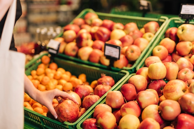 Nahaufnahmekästen mit äpfeln und granatapfel