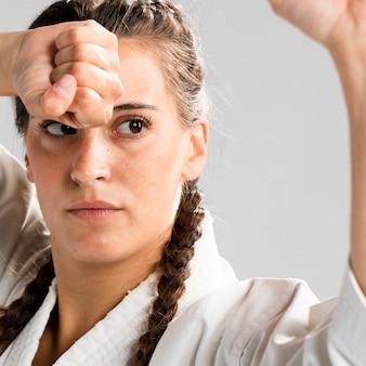 Nahaufnahmekampfkunstfrau bereit zu kämpfen