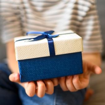 Nahaufnahmekind, das geschenk hält