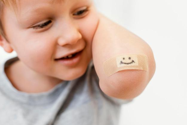 Nahaufnahmekind mit smiley-patch
