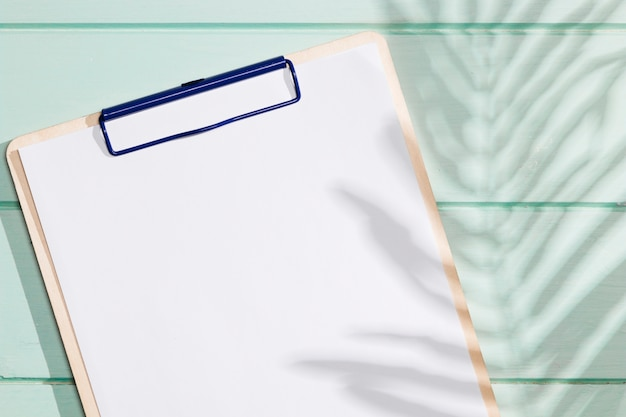 Nahaufnahmeklemmbrett mit kopienraum- und -schattenblättern