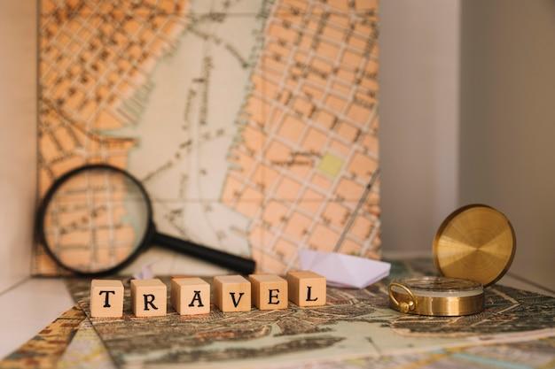 Nahaufnahmekompass nahe reiseschreiben