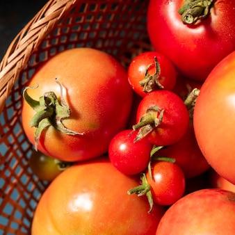 Nahaufnahmekorb voll mit tomaten