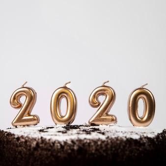 Nahaufnahmekuchen mit 2020 stellen des neuen jahres