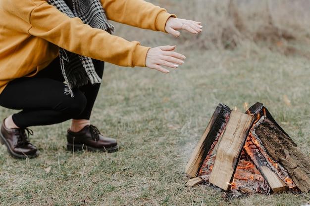 Nahaufnahmelagerfeuer in der natur