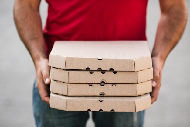Nahaufnahmelieferant, der pizzabestellung hält