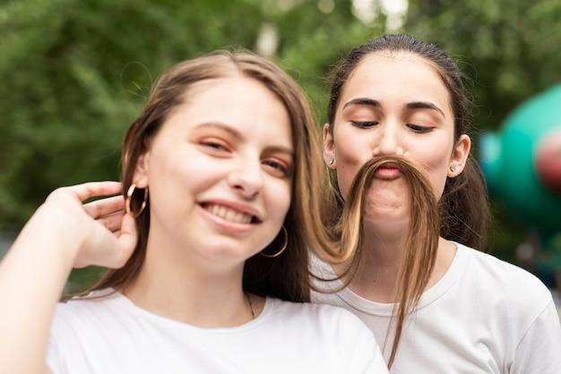 2 Dünne Brünette Mädchen Haben Spaß Miteinander
