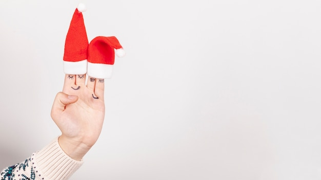 Nahaufnahmemädchen mit weihnachtshüten und kopieraum