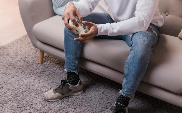 Nahaufnahmemann auf couch zu hause