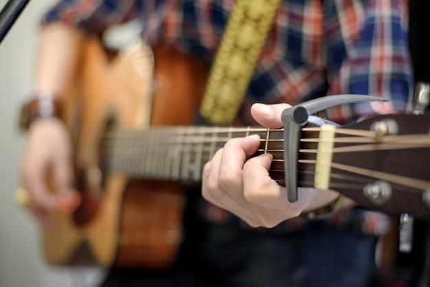 Nahaufnahmemann, der akustikgitarre spielt